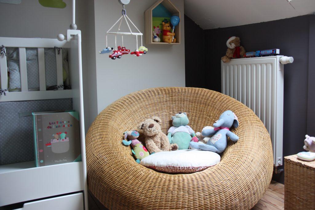 simple juai choisi de placer le lit au fond de la pice sur la partie la plus leve car se cogner. Black Bedroom Furniture Sets. Home Design Ideas